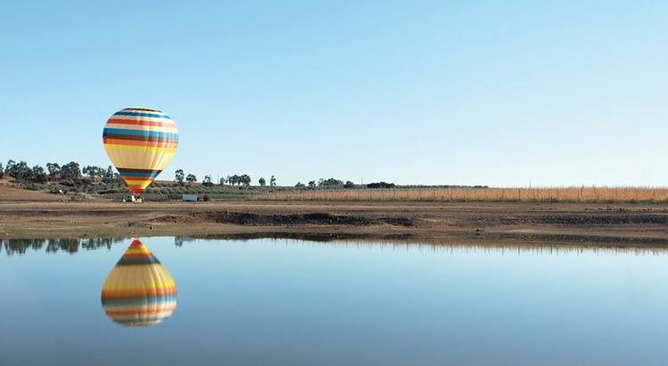visit alqueva with a balloon ride in alentejo