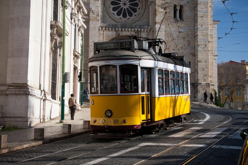 Lisbon_tram_next_to_Lisbon_Cathedral-1, travel to portugal, visit portugal, visiting portugal, weather in portugal
