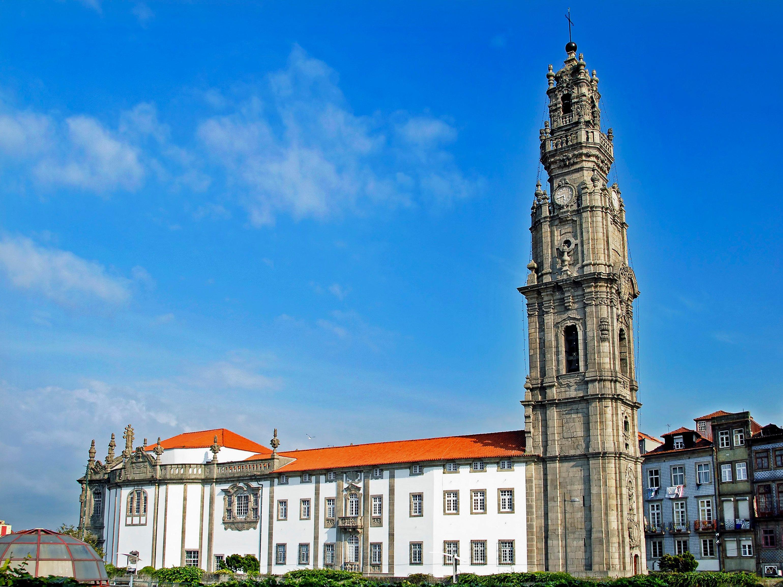 Vitoria-Igreja_e_Torre_dos_Clérigos_(1)_(cropped)