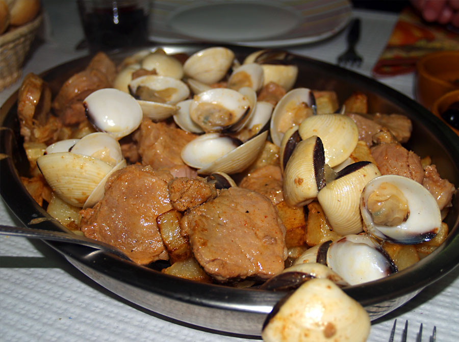 What to Eat in Portugal - Carne de Porco à Alentejana